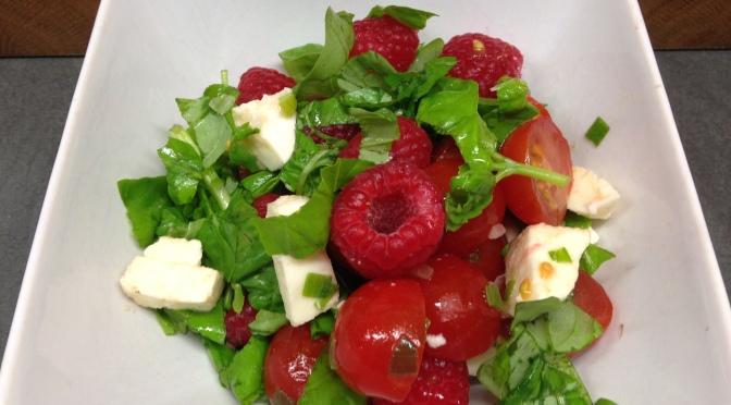 Tomatensalat mit Himbeeren und Büffelmozarella
